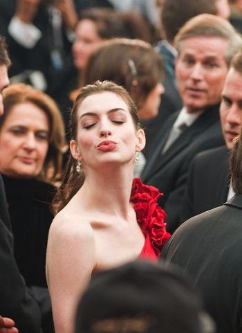 Anne Hathaway i rött