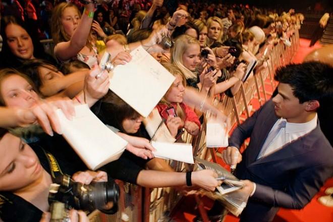 Taylor Lautner skriver autografer till Twilight-fans i Stockholm. Foto: Johan Bergmark/Nordisk Film