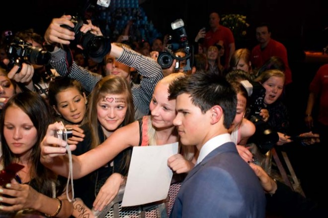 Taylor Lautner tillsammans med Twilight-fans i Stockholm. Foto: Johan Bergmark/Nordisk Film