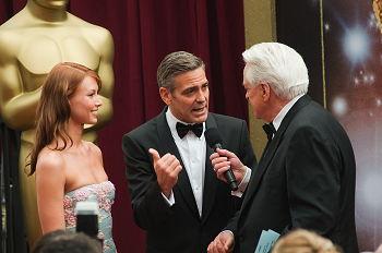Sarah Larson tillsammans med George Clooney på Oscargalan